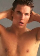 Robbie Amell exposes gorgeous body