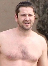 Gerard Butler caught by paparazzi naked on a beach